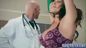 مارس الجنس في عيادة طبيب العائلة حتى هذا