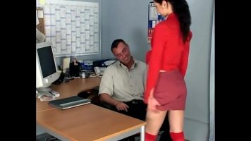 تذهب الشابة سمراء ذات الثدي الصغيرة إلى مكتب الرئيس وتثيره وتضاجعه