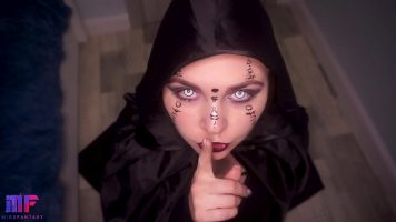 شابة سمراء لديها قرون جميلة وعيون بيضاء عند مص الديك