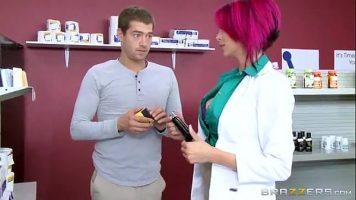 عاهرة ممتلئة بالوشم ممرضة في صيدلية