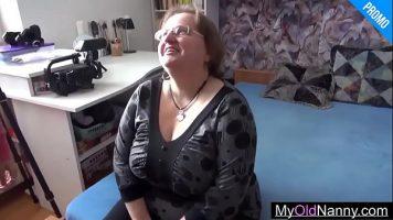 Grasanca ذات الصدور الكبيرة التي تحب أن تدفع لشابتين لممارسة الجنس معها