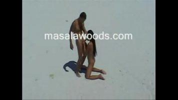 يمارس الجنس في جزيرة مع اثنين من العشاق الذين ليس لديهم سقف