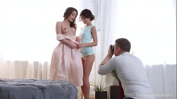 امرأتان صغيرتان نحيفتان استغلهما رجل موهوب يرتدي ملابس