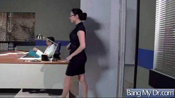 يتم استدعاء ممرضة ترتدي نظارات إلى مكتب الرجل