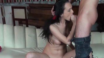 ممارسة الجنس عن طريق الفم من قبل فتاة سمراء رقيقة جدا مع ثدي صغير