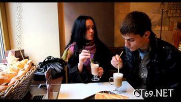 بعد تقديم القهوة معًا في المطعم ، يتم استدعاء الفتاة