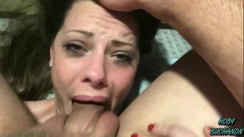تمارس الجنس الفموي مع رجل يمارس الجنس معها بشكل وحشي
