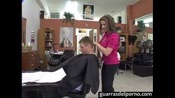 في صالون لتصفيف الشعر ، تريد امرأة إجبار زبائنها على المغادرة