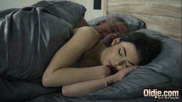 تستيقظ أمام صديقها وتنزل ببطء إلى صاحب الديك
