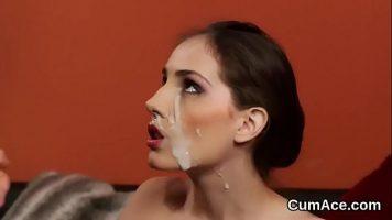 يمارس الجنس عن طريق الفم ويمارس الجنس مع مؤخرتها حتى أحصل على نائب الرئيس على وجهها