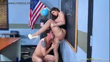 طالبة منحرفة جدا تخلع ملابس زميلها في الكلية