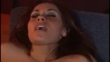 تبدأ أي لعبة جنسية معهم بقبلات ساخنة على الشفاه بعد ذلك