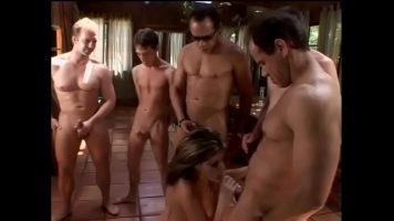 امرأة يلتهمها عدة رجال ويخرج قضيبه من سرواله