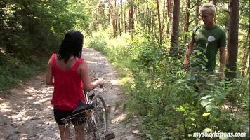 تمشي على دراجة وتلتقي برجل في الغابة يقترح عليها
