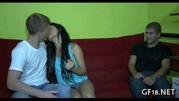 امرأة سمراء شابة نحيفة للغاية حريصة على تقبيل الديك بحماس