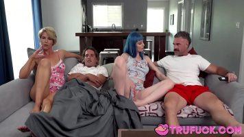 ثلاث فتيات ناضجات ورجل واحد لديه تخيلات جنسية يصعب تحقيقها