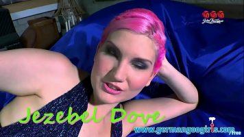 الشابة ذات الغطاء الوردي على رأسها وتومئ برأسها أمام الكاميرا
