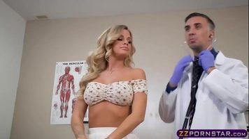 يتم خداع الشابة الشابة التي تأتي لإجراء فحص طبي لأمراض النساء