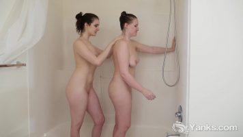امرأتان ناضجتان تغسلان نفسيهما وتمطران على الثدي والجمل