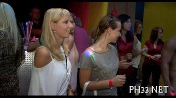 حفلة ليلية في ناد خاص مع شابات جميلات لديهن صدر كبير ومثلهن