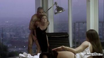 في الطابق العلوي من ناطحة سحاب ، يمكنك أن ترى كيف تتم ممارسة الجنس مع جميلتين صغيرتين