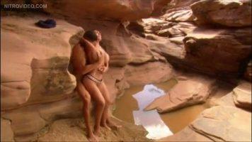 في مكان غريب يفكر اثنان من العشاق في ممارسة الجنس معًا حتى