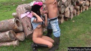 بعد أن تنتهي من الركوب ، تخلع ملابسها لممارسة الجنس مع صبي من الاسطبلات