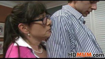 امرأة ناضجة تمارس الجنس الجماعي مع رجل وفتاة وجميعهم أقرن جدًا