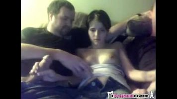 الكلبة سمراء ذات الثدي الصغيرة تجلس على الأريكة وتمارس الجنس الجماعي مع رجلين تمتصها