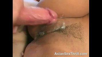 الآسيوية ذات الثدي الصغيرة تمارس الجنس على الأرض مع رجل يخترقها بشكل مكثف من الخلف