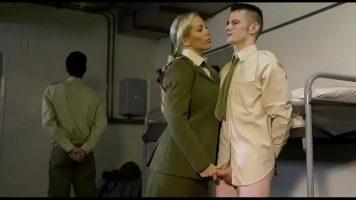 تأتي قائدة في الجيش ذات صدر كبير وتخلع ملابس الجندي بعدها