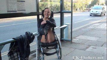 إنها امرأة على كرسي متحرك وتستغل هذا الإعاقة وتظهر نفسها