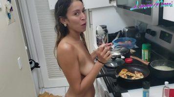 سمراء الموجودة في المطبخ فارغة والطبخ يأتي معها شريكها ويرىها أيضًا