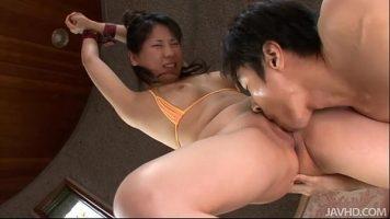 امرأة آسيوية ذات ثديين صغيرين تمسك يديها بلسانها في كسها