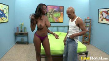امرأة سوداء ذات ثديين كبيرين تخرج لمقابلة رجل ثم تذهب إليه