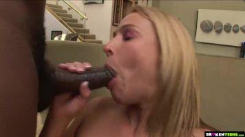 يمارس الجنس مع امرأة شقراء بمؤخرة كبيرة في فمه حتى يجعلها تصرخ بسرور