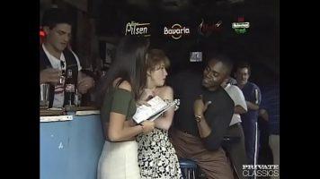 يريد هذا الرجل الأسود تعليق الشابات الجميلات بصدور صغيرة وجميلة
