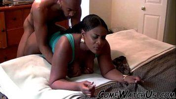 يمارس هذان الرجلان السود الناضجان الجنس في أوضاع مختلفة في السرير ، وهو ما يحبهما حقًا