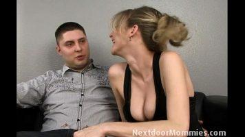 ليس لديه الكثير ليقنعه بممارسة الجنس مع هذه المرأة الناضجة