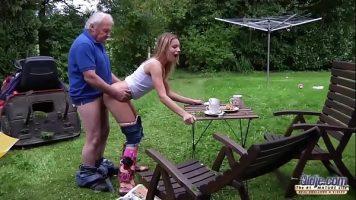 وقحة شقراء يمارس الجنس مع رجل عجوز من أجل المال وهو رجولي أيضًا