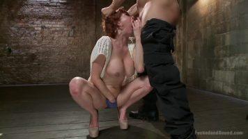 عليه أن يضع شهوته في هذه المرأة الموشومة مع ديك في أقصى انتصاب لها