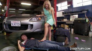 إنه يسمح لنفسه بأي نوع من الانحراف الجنسي مع ميكانيكي السيارات هذا لأنه لا يفعل ذلك