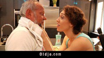 امرأة سمراء تحب أن يلمسها الرجل