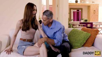 امرأة سمراء التي يصعب إقناعها بممارسة الجنس مع رجل ناضج ولكن في النهاية تمتص
