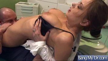 مساعد سجن يُعرض عليه المال لممارسة الجنس مع محتجز ممتلئ بالوشم