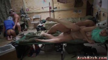 النساء العربيات اللواتي يطلقن عليها الجنود في جميع المواقف ويمصون أعضائهم الذكرية