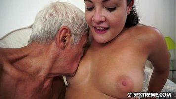 Mosnegel الذي يريد أن يمارس الجنس مع مؤخرتها وجملها على هذه الفتاة سمراء الشابة التي