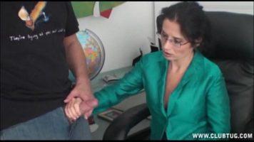 امرأة سمراء ناضجة تلتقي برجل والحصول على ما يريد منه