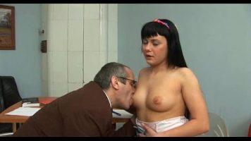 يقدم لها مدرس علم الجنس لعبة جنسية مكثفة للغاية