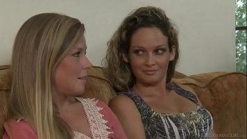 تجلس المثليات على الأريكة وتثير الإثارة حتى يذهبن إلى غرفة النوم حيث يواصلن الجلوس
